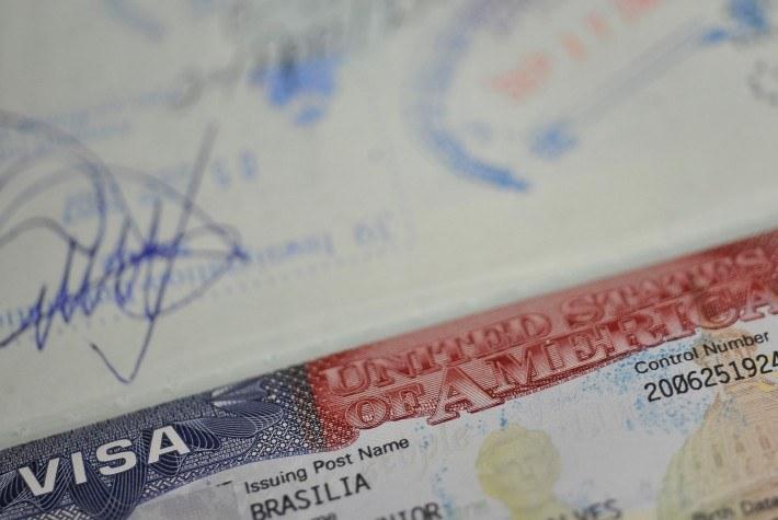 Troca simplificada de documentos estrangeiros começa a valer neste domingo